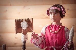 девочка с прялкой