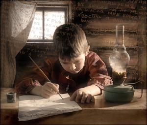 мальчик пишет пером